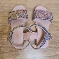 Sandália rosa brilhosa