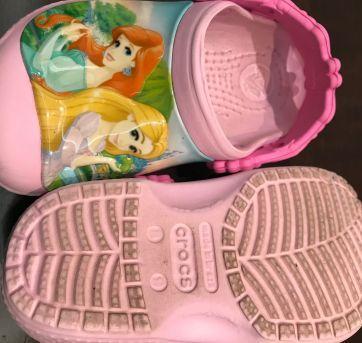 CROCS Rosa Princesas Disney - 23 - Crocs