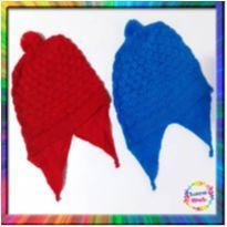 R$ 2,99 cada - 2 Toucas Lã (Azul e Vermelho) (Cód. 057) - 3 a 6 meses - Não informada