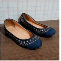 sapatilha azul com tachas