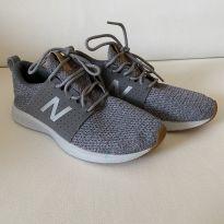 Tênis New Balance - tecido - cor Cinza - tam 32 - 32 - New Balance