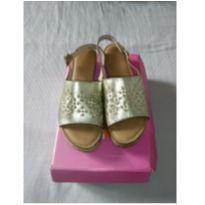 Sandália tipo Anabela na cor dourada
