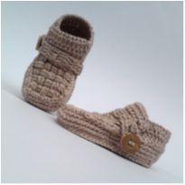 A343 Sapatinho De Croche para bebe Masculino mocassim Bege Escuro Botao madeira - 15 - mm sapatinhos