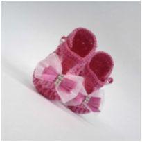 A374 Sapatinho de croche para bebe feminino rosa escuro lacinho e strass prata - 15 - mm sapatinhos