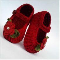 A122 Sapatinho de croche para bebe feminino vermelho perola flor e folhas verdes - 13 - mm sapatinhos