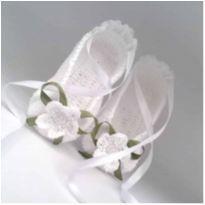 A75 Sapatinho sapatilha de croche para bebe feminina branca flor lacinho fita - 14 - mm sapatinhos