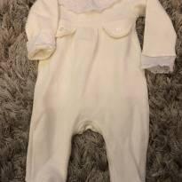 Macacão off white com detalhe em renda - 3 a 6 meses - Empório Baby & Kids