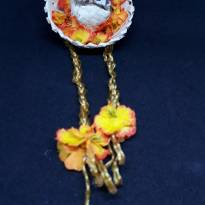 Presilha com mini chapéu de palha, trancinha, flores e passarinho -  - Artesanal