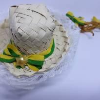 Presilha com mini chapeu de palha com trancinha do Brasil -  - Artesanal