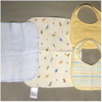 Kit 2 babadores (Babies R Us), 1 paninho e 1 forro impermeável (Carter`s) -  - Carter`s e Babies R Us