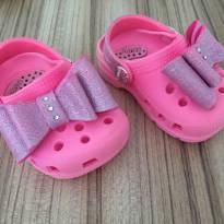 Sandália rosa com laço brilhoso - estilo croc