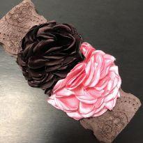 Faixa de Cabelo - Faixa elástico rendada com aplique flores cetim