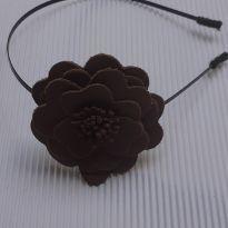 Tiara - Metal com detalhe flor em couro marrom - Tiara&Cia -  - Desconhecida