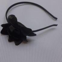 Linha Festa - Tiara metal couro preto com detalhe flor - Bibi -  - Bibi