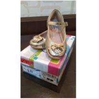 Sapatilha / Sapato dourado com laço - 23 - Dkarini Pititu