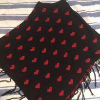 Poncho preto e vermelho